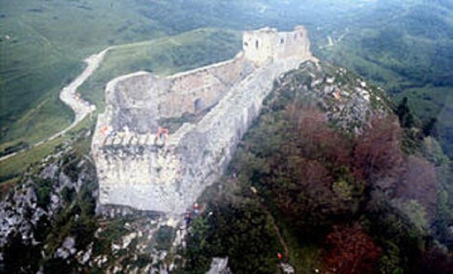 wikipediaTheFortressofMontségur300px-Montsegur-w02