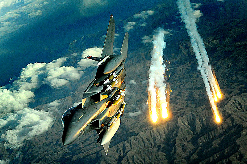 800px-Afghanistan_Flyover,_F-15E_from_391st_Expeditionary_Fighter_Squadron_deploys_flares_during_a_flight_over_Afghanistan,_Nov._12,_2008