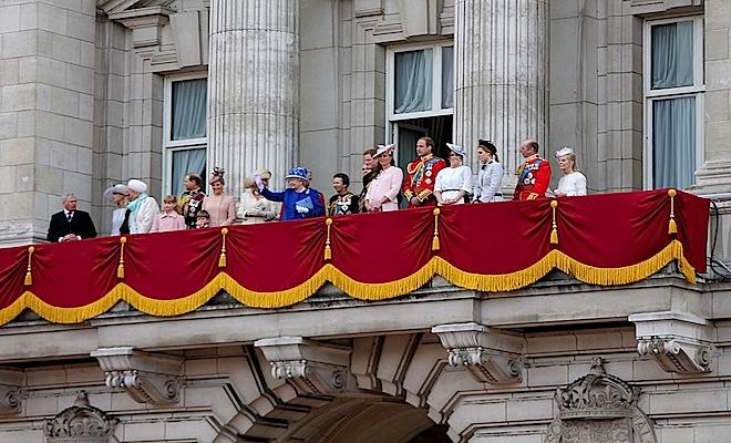 1024px-The_British_royal_family_on_the_balcony_of_Buckingham_Palace